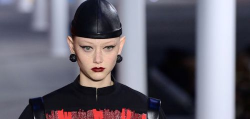 Make-up : osez le rouge velours aperçu chez Louis Vuitton