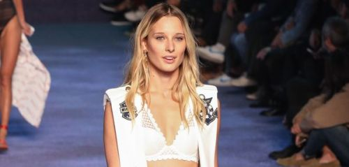 PHOTOS. Ilona Smet divine en lingerie au défilé ETAM à la Fashion Week de Paris